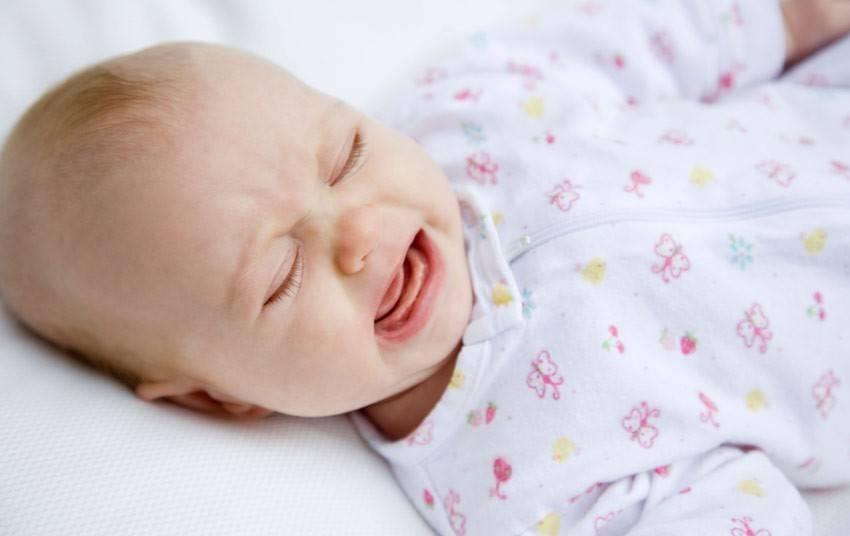 Почему грудничок вздрагивает во сне и иногда просыпается
