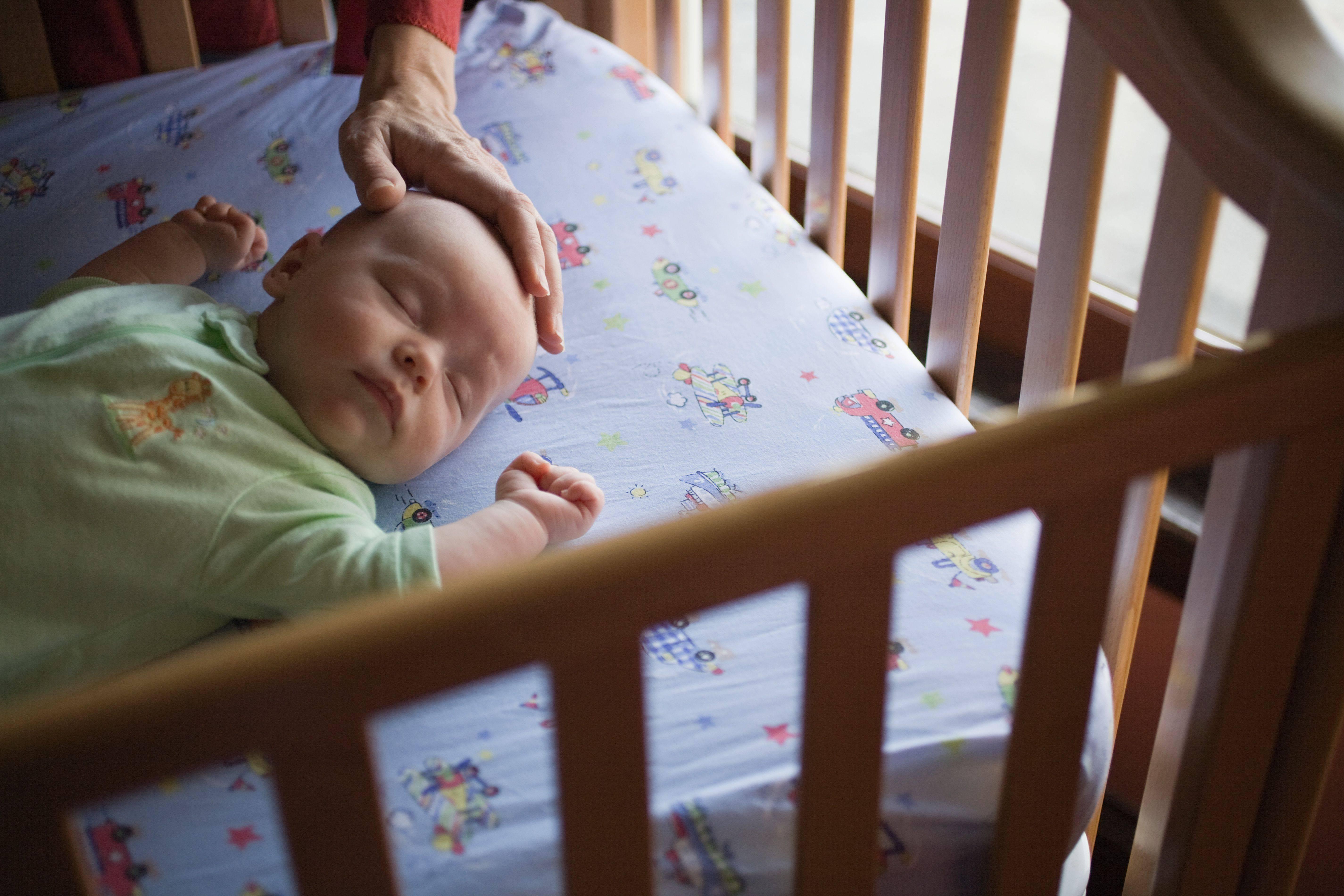 Почему ребенок сильно плачет перед сном и выгибается