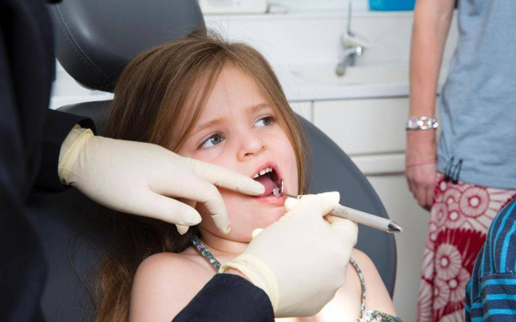 Удаление молочного зуба у ребенка без слез – в домашних условиях и у стоматолога