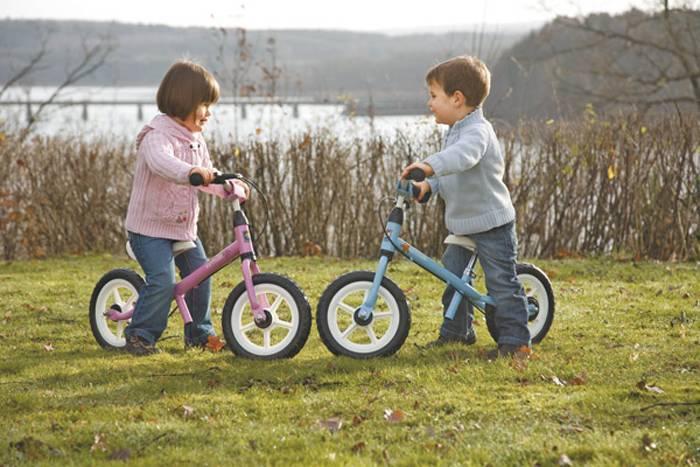 Беговел для детей от 2 лет: как выбрать велосипед без колес - рейтинг и обзор