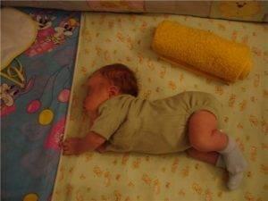 Новорожденный ребенок выгибается и кричит