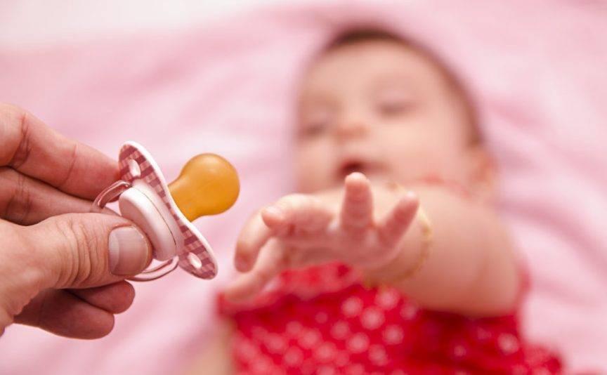 Как приучить ребенка к сосанию пустышки: чем намазать соску, если не берет ее