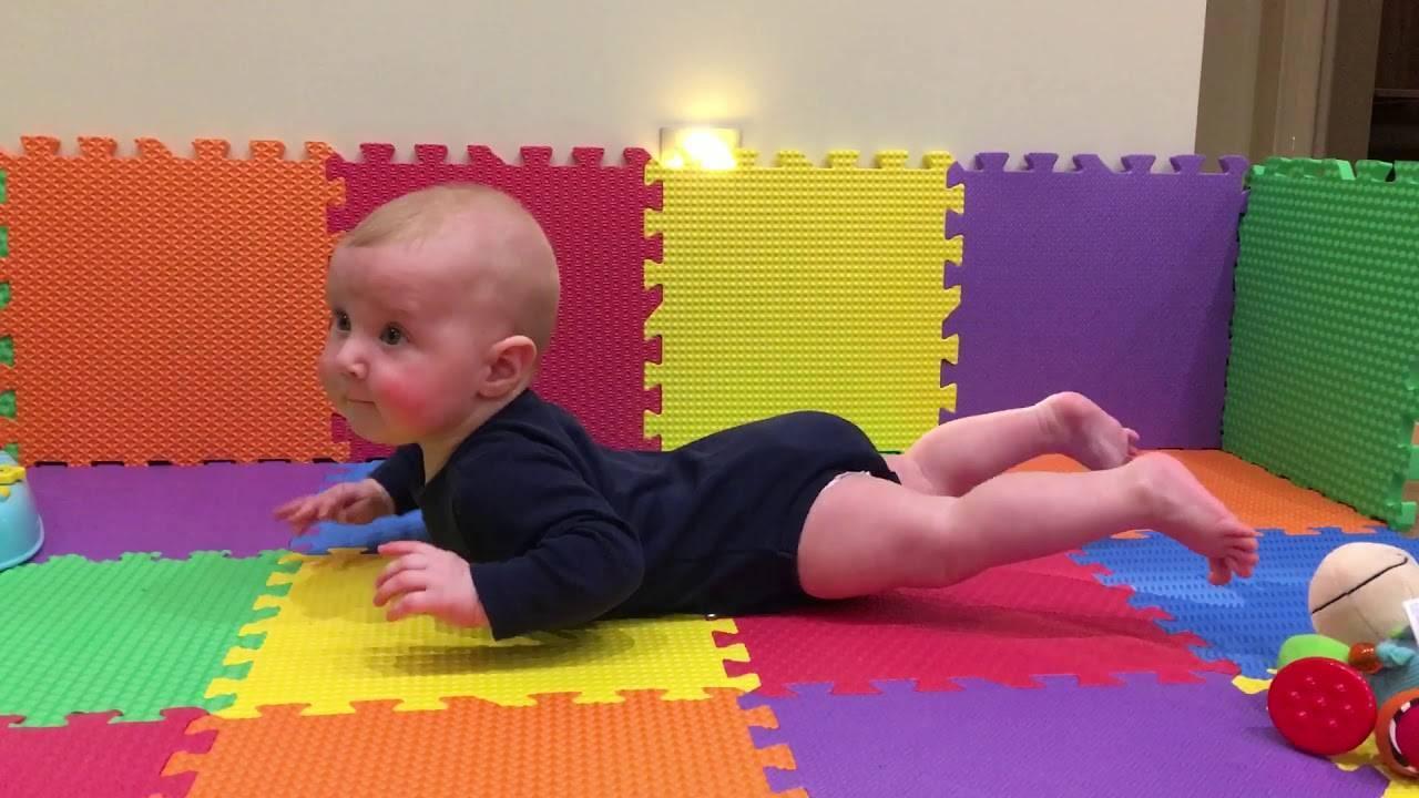 Ребенку 8 месяцев: почему не хочет ползать и сидеть самостоятельно, причины