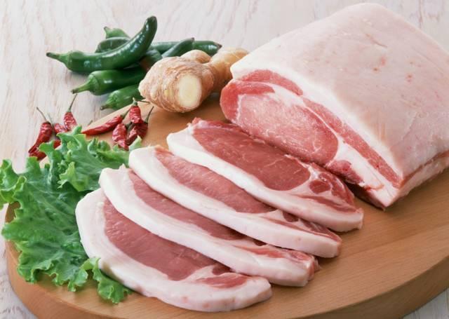 Когда кормящей маме можно начинать кушать свинину