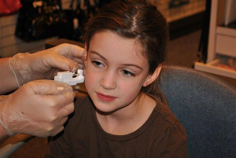 Когда и как прокалывать уши ребенку? какие выбрать сережки для девочки в первый раз? прокалываем уши ребенку: когда, где и как.