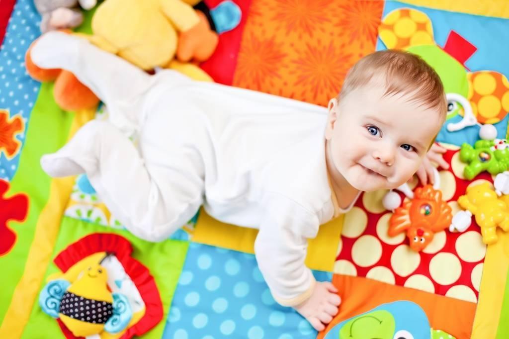 Какие игрушки нужны ребенку в 1 месяц   уроки для мам