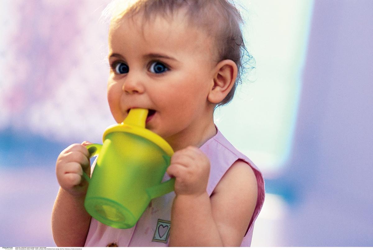 Как научить ребенка пить из кружки, трубочки, поильника самостоятельно и когда? - wikidochelp.ru