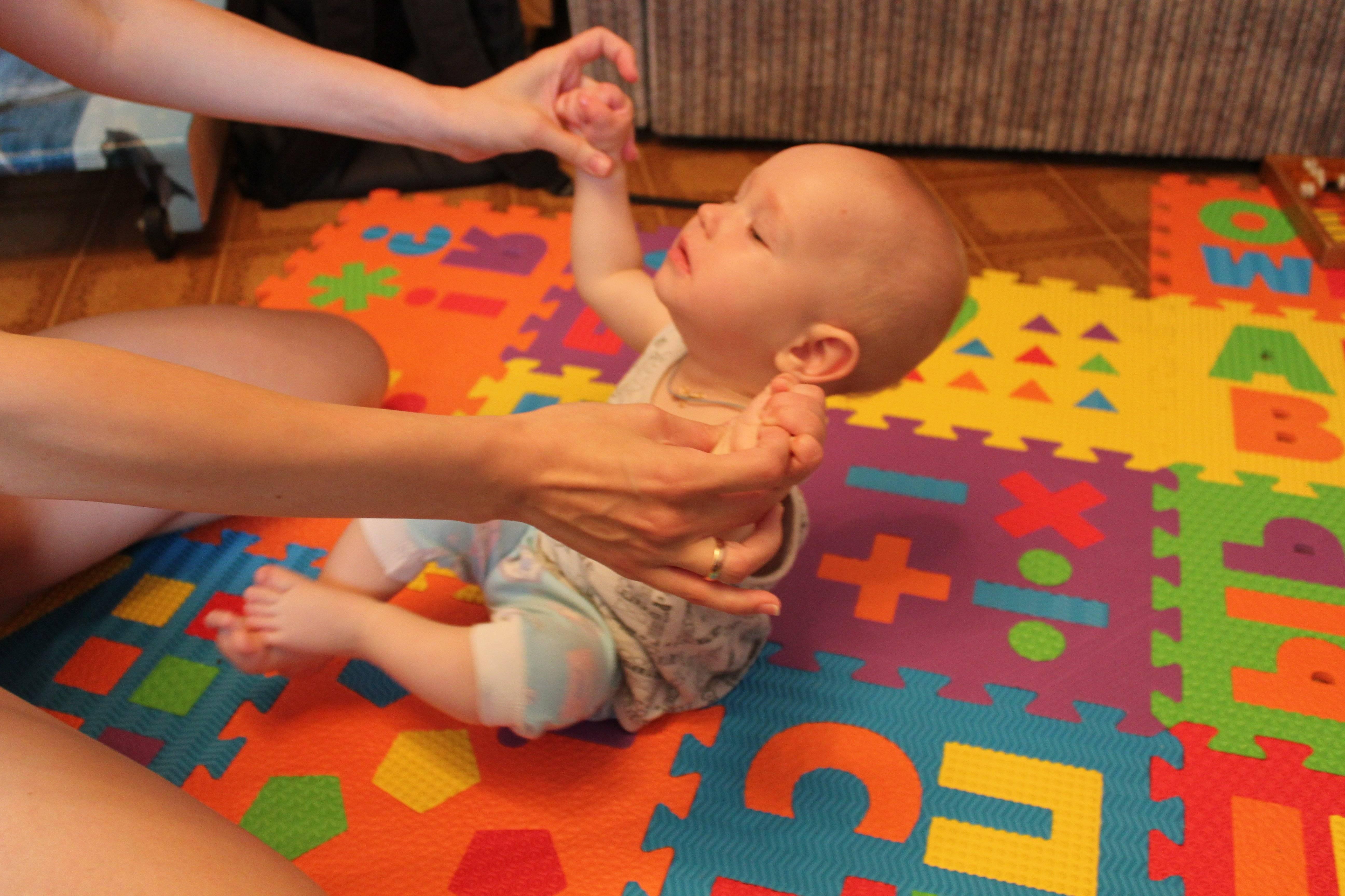 Ребенок в 5 месяцев выгибает спину и запрокидывает голову | yurys.ru