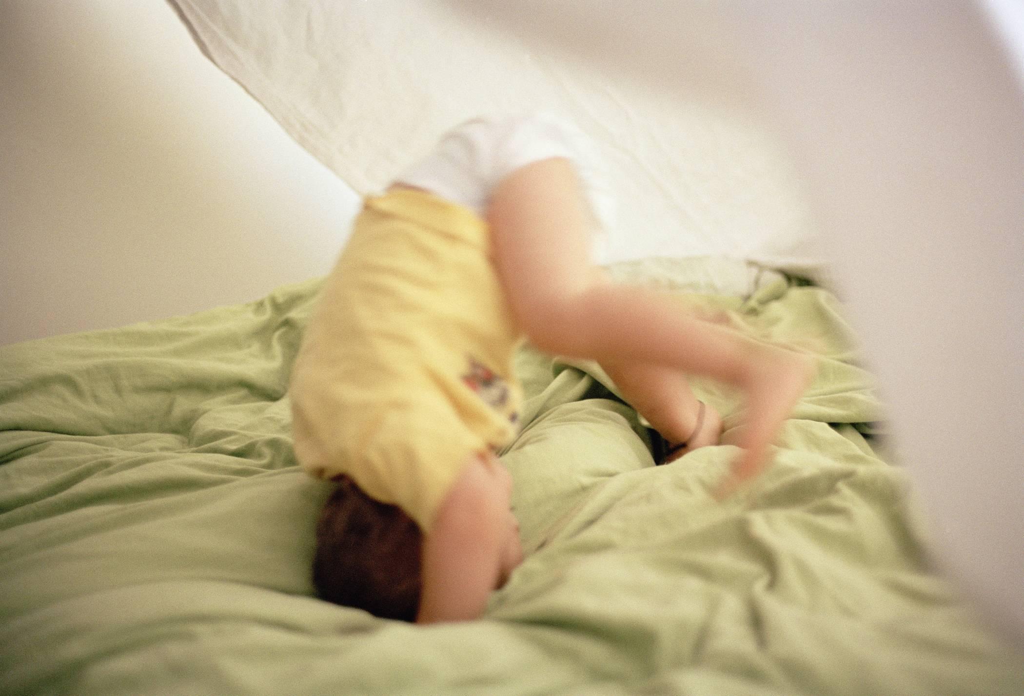 ᐉ ребенок упал с кровати или дивана вниз головой и ударился: что делать — мнение доктора комаровского. что делать маме, если ребёнок до года упал с дивана ➡ klass511.ru