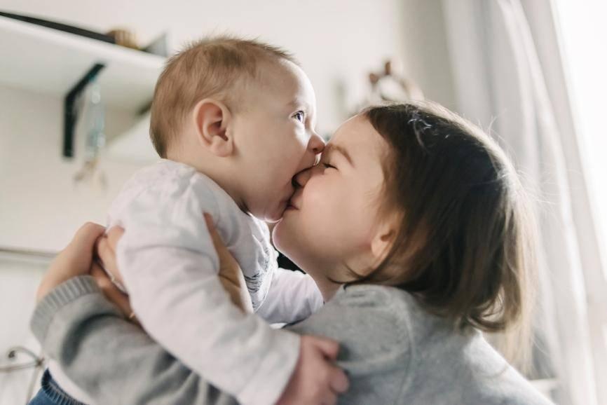 Старший ребенок ревнует к младшему: причины и что делать