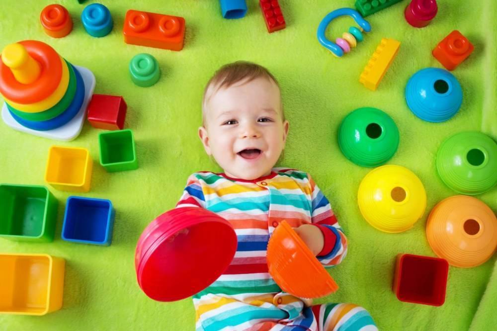 Развивающие игрушки для ребенка до года: чем занять малыша в 10-12 месяцев