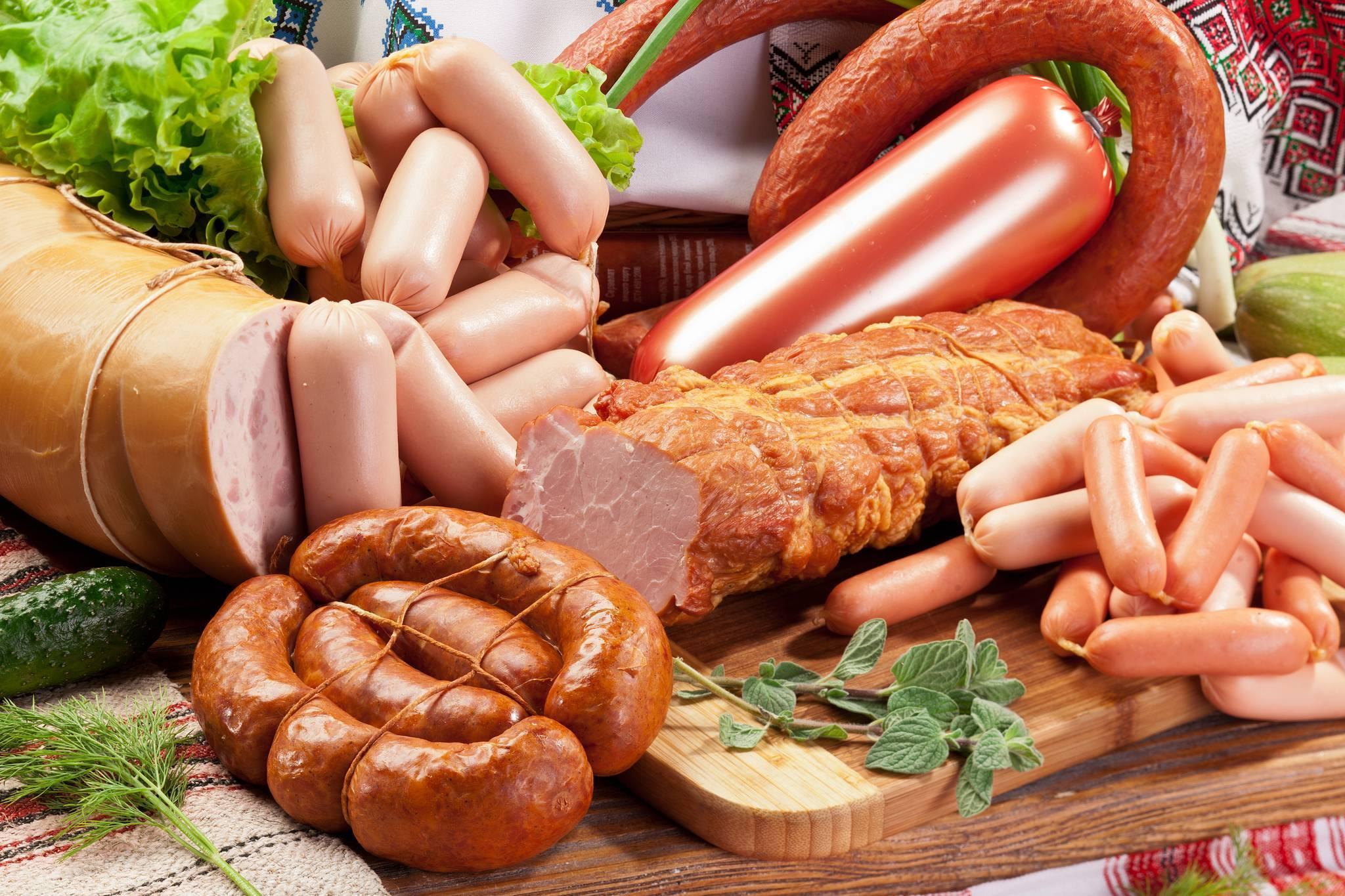 Можно ли кормящей маме вареную колбасу и сосиски: нормы употребления при лактации (видео)