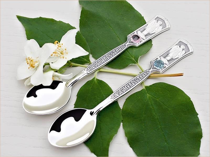 Серебряная ложка на первый зуб — обычай, кто дарит и зачем?