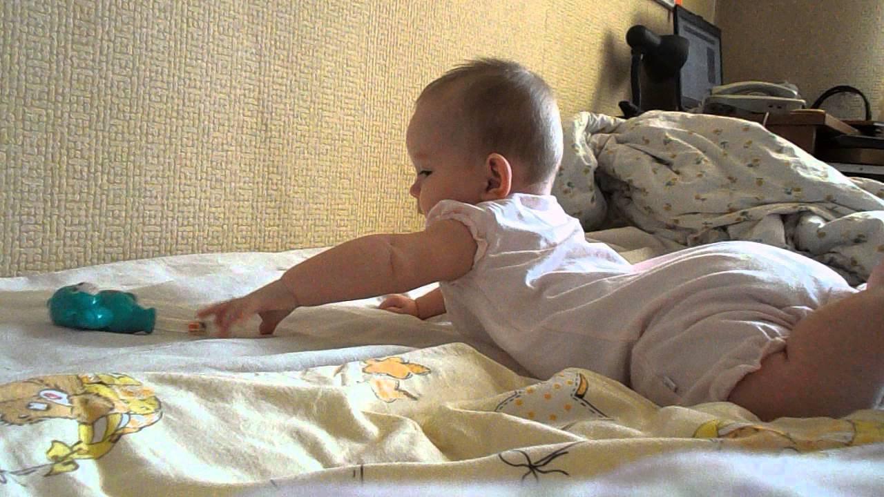 Как научить ребенка переворачиваться с живота на спину
