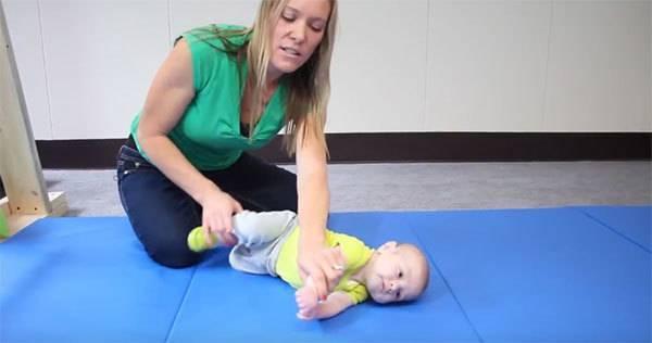 Как научить ребенка переворачиваться с живота на спину?   nestle baby