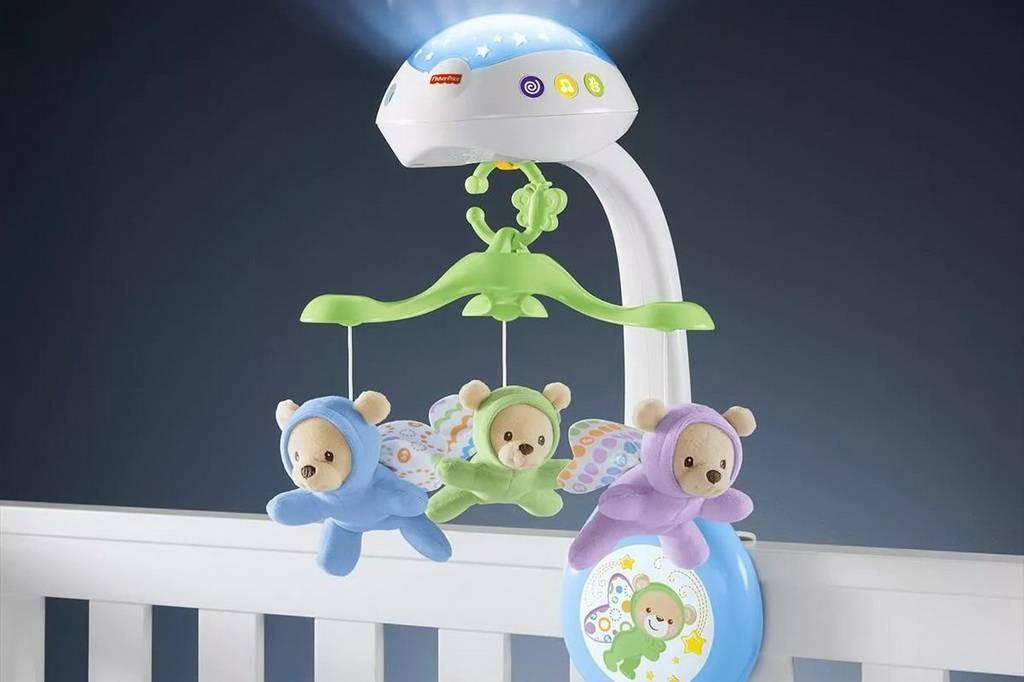 Когда вешать игрушки над кроваткой новорожденных комаровский