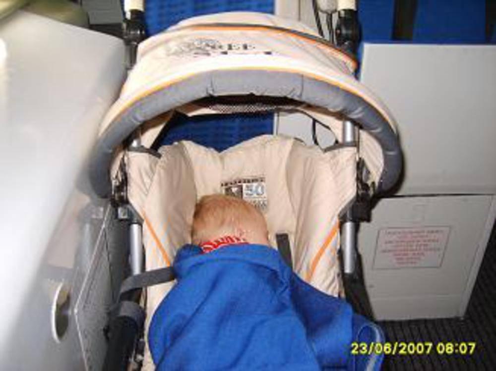 Дети в самолете: как летят дети в самолете, бесплатно до скольки лет.