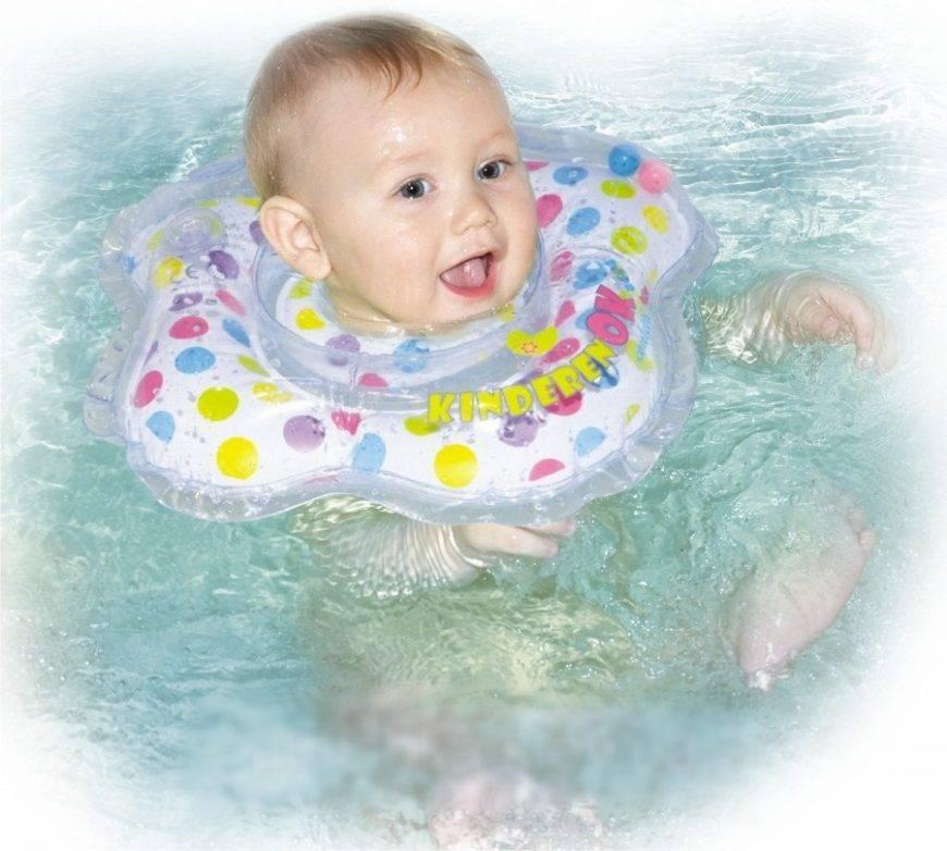 С какого возраста можно купать ребенка с кругом на шее. видео как купать новорожденного