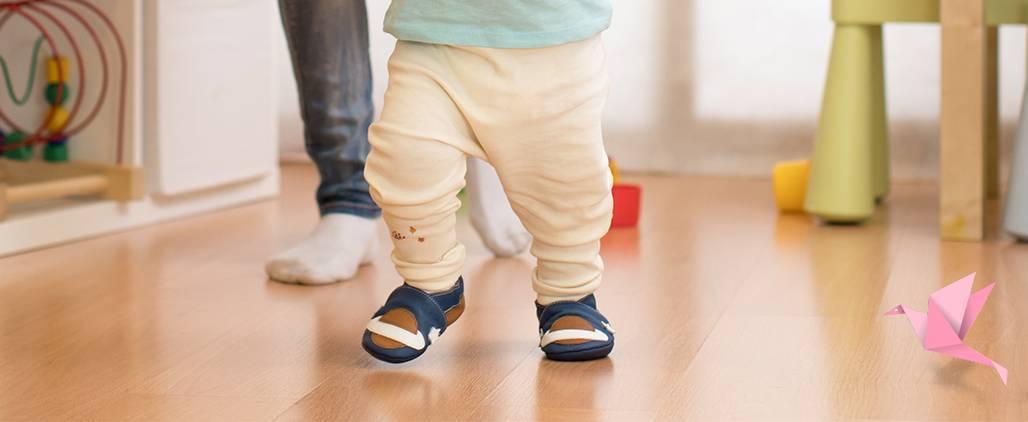 Когда нужна первая обувь ребенку: в каком возрасте малышу пора носить обувь. как правильно подобрать первую обувь для младенца, чтобы избежать развития плоскостопия.