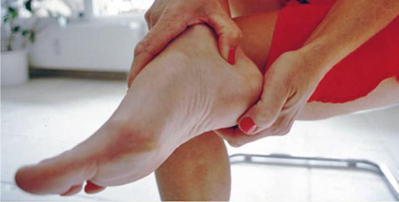 Болит пятка, больно наступать – причина. почему болят пятки, как лечить?