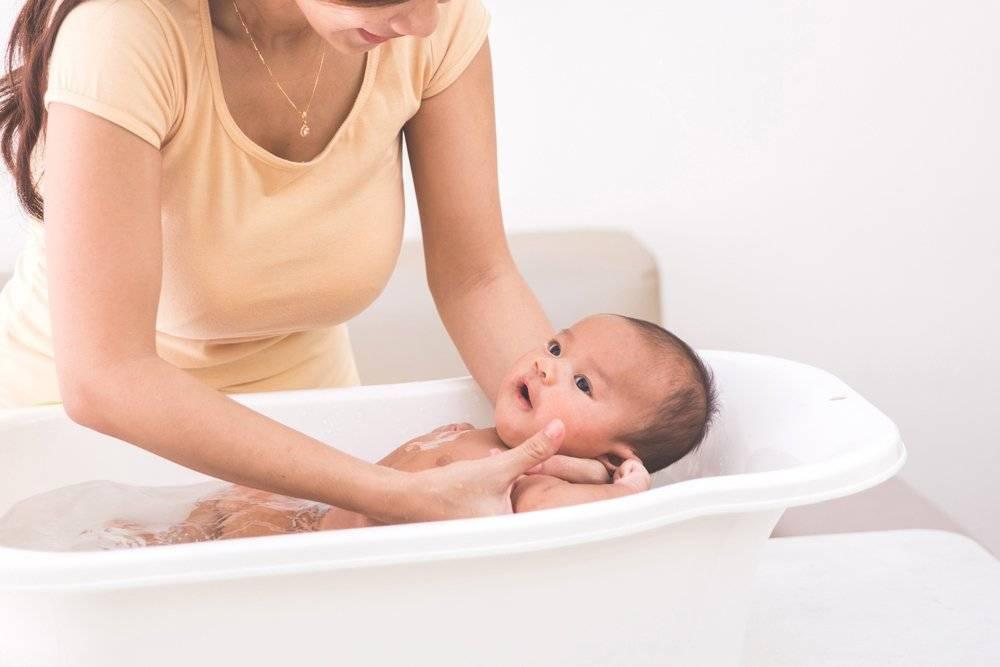 Новорожденная девочка: уход после роддома в первые дни за интимными местами, гигиена младенца в первый месяц