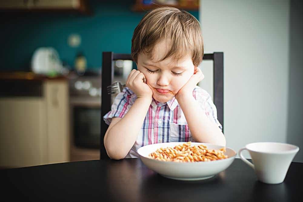 Как накормить малоежку. почему нельзя кормить ребенка под мультики . ошибки родителей в питании детей после 3 лет