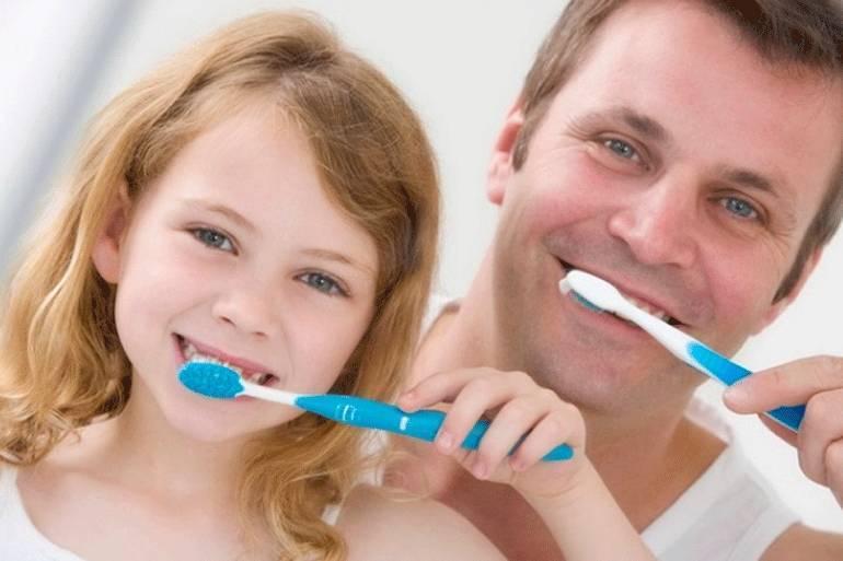 Как правильно чистить зубы детям и с какого возраста начинать это делать
