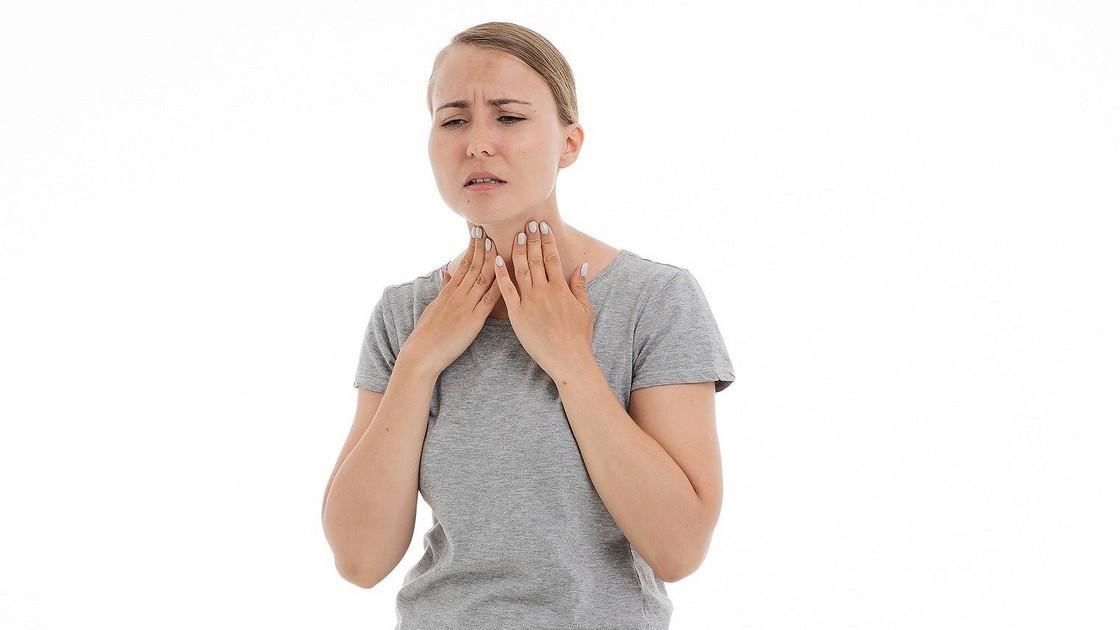 Щекочет горло и хочется кашлять – чем лечить и что делать, причины