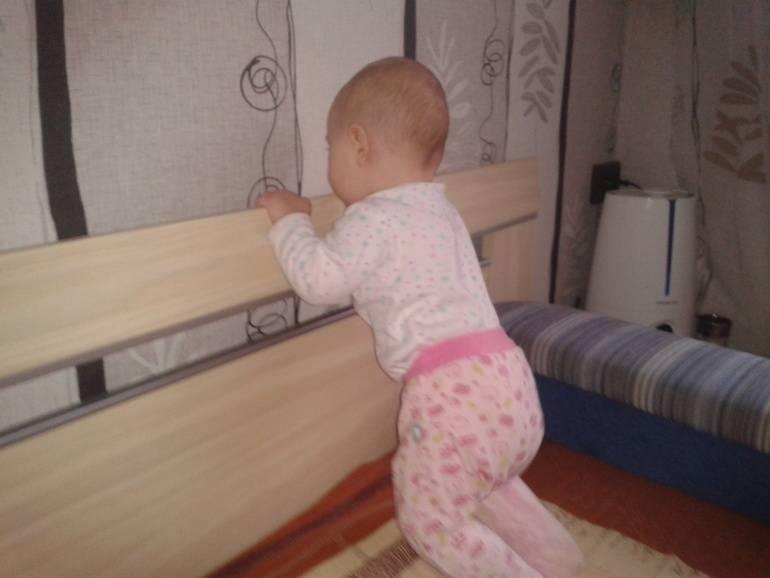 Как научить ребенка вставать на ножки, стоять без опоры: упражнения от 6 месяцев