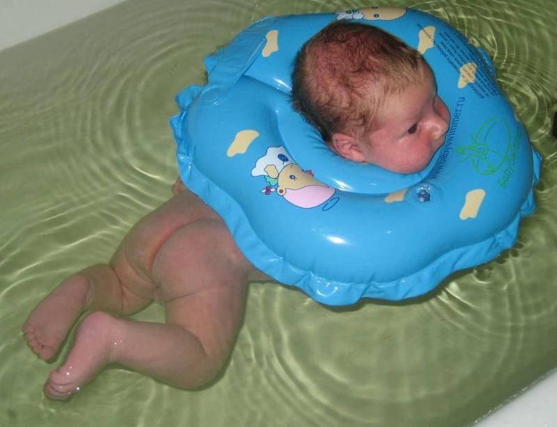 Когда можно использовать круг на шею для купания. видеоинструкция на круг на шею для купания младенцев. круг для купания новорожденных. со скольки месяцев можно купать в нем ребенка?