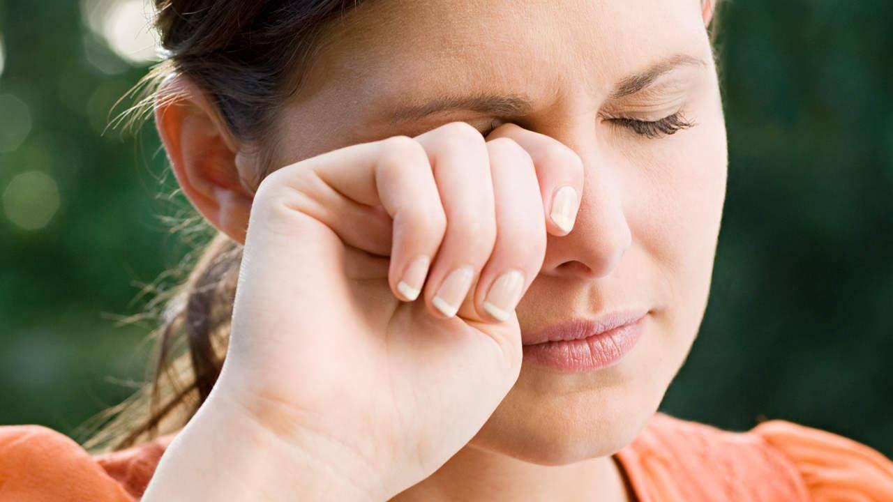 Почему ребенок трет глаза и нос, возможные причины?