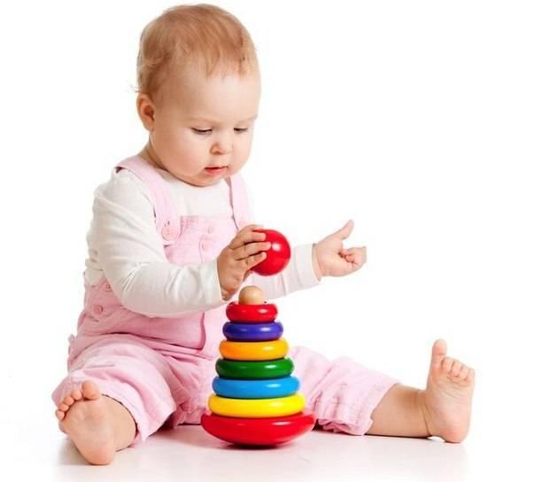 Как научить ребенка собирать пирамидку: во сколько малыш начинает складывать ее?