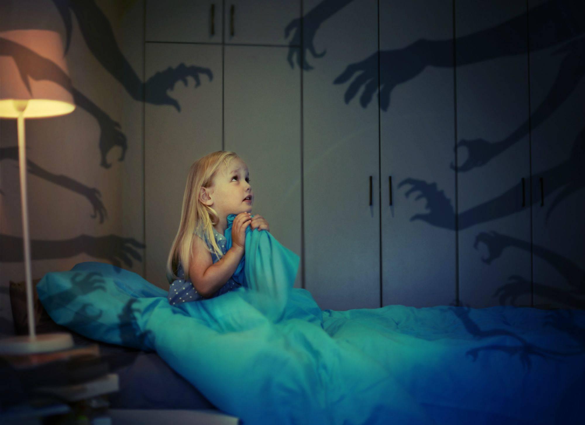 Детские ночные страхи: что делать, если ребенок просыпается по ночам от кошмара и плачет