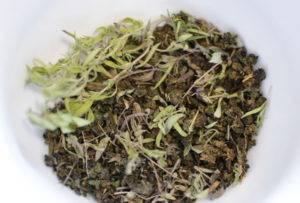Мелисса при грудном вскармливании: можно ли пить чай с травой и мятой в период лактации, каковы противопоказания при гв и какие еще есть способы применения?