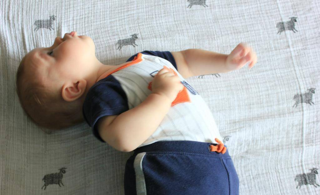 Почему грудничок мотает головой во сне — проблематика