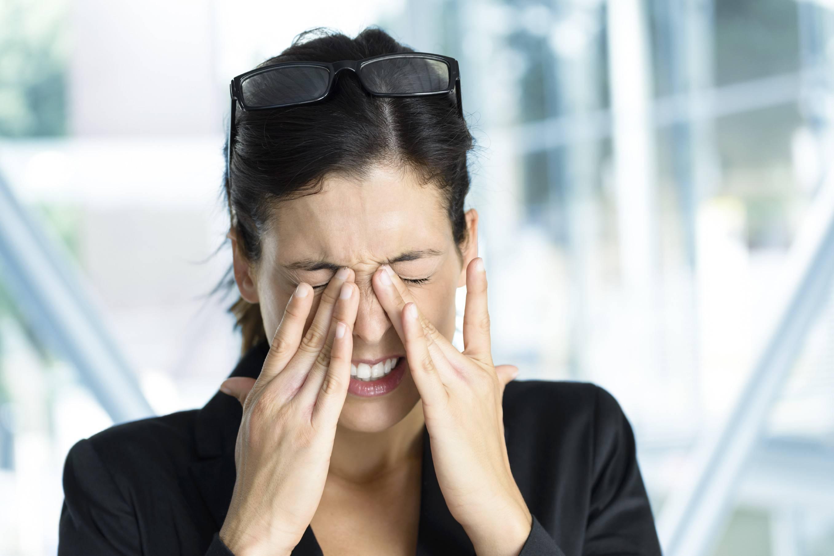 У ребенка температура и болят глаза: причины и способы устранения последствий