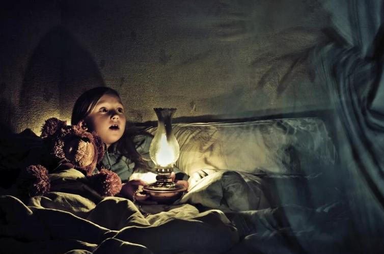Ребенок боится темноты: что делать, советы психолога, как помочь