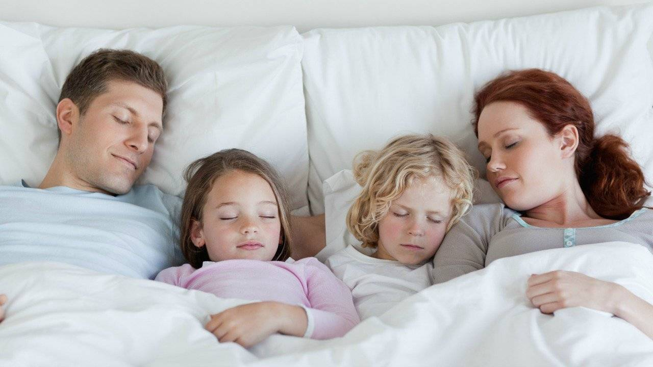 Отучаем ребенка спать с мамой: полезные советы