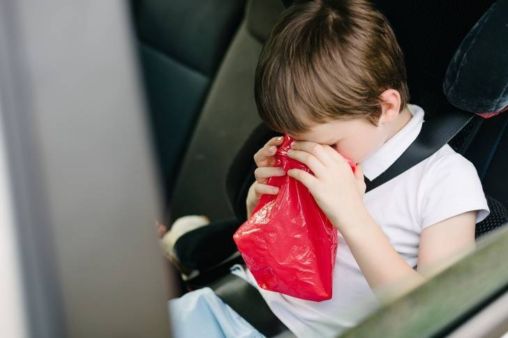 Почему ребенка укачивает в машине и как ему помочь?
