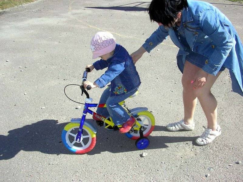 Как научить ребенка кататься навелосипеде: основные правила, методики обучения иважные нюансы, которые помогут малышу быстрее овладеть транспортом