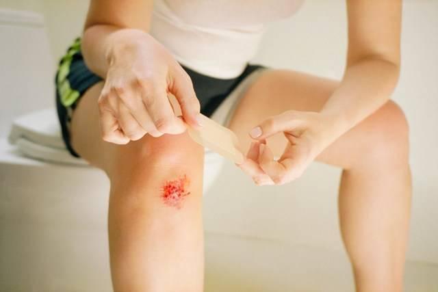 Чем обработать рану у ребенка после падения: лечение мокнущей и гнойной раны, средства - детский крем, мазь от ссадин, гнойные раны, можно ли наносить детский крем