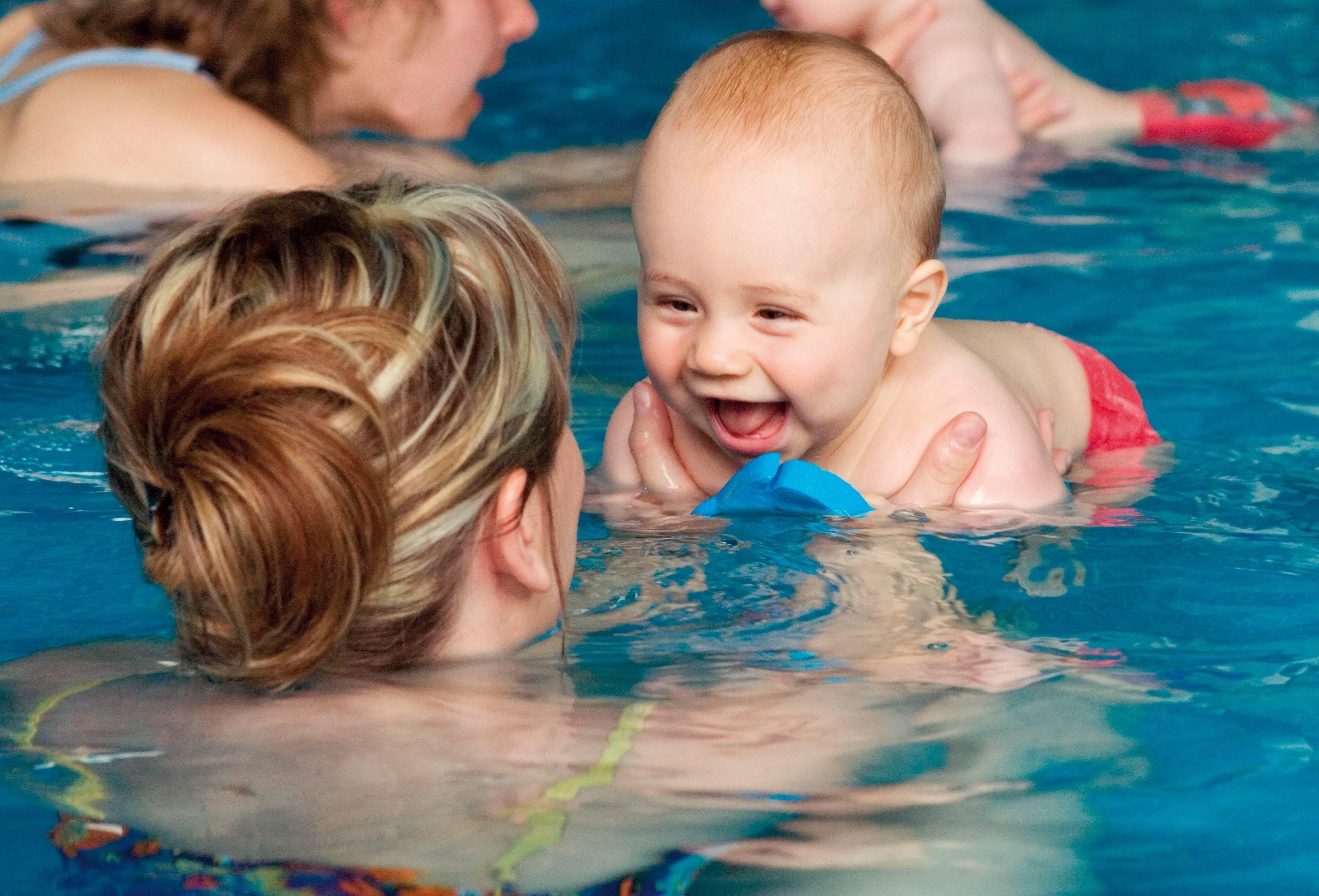 Грудничковое плавание с чего начать. все о плавании грудничков и новорожденных: видео-уроки и методики обучения навыкам в ванне и бассейне