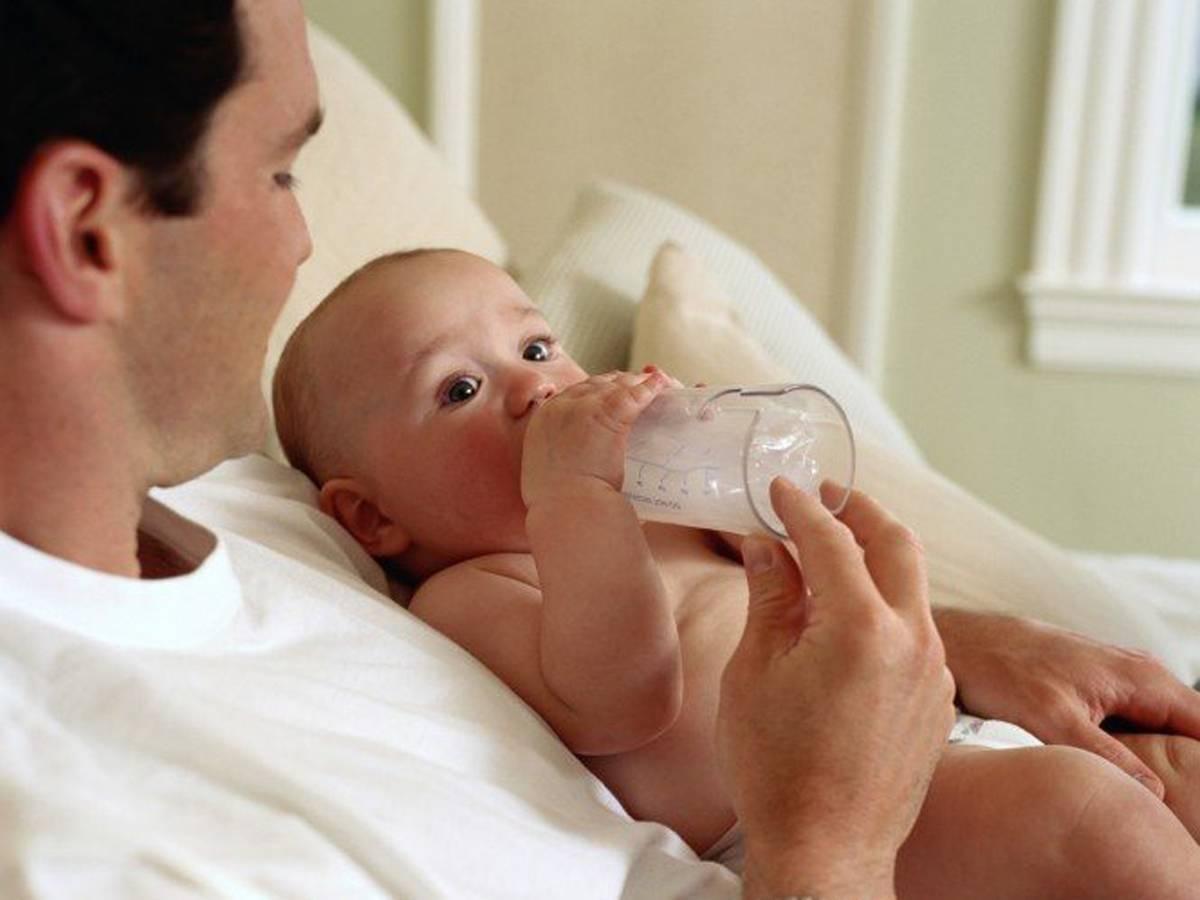 Почему ребенок срыгивает после кормления смесью