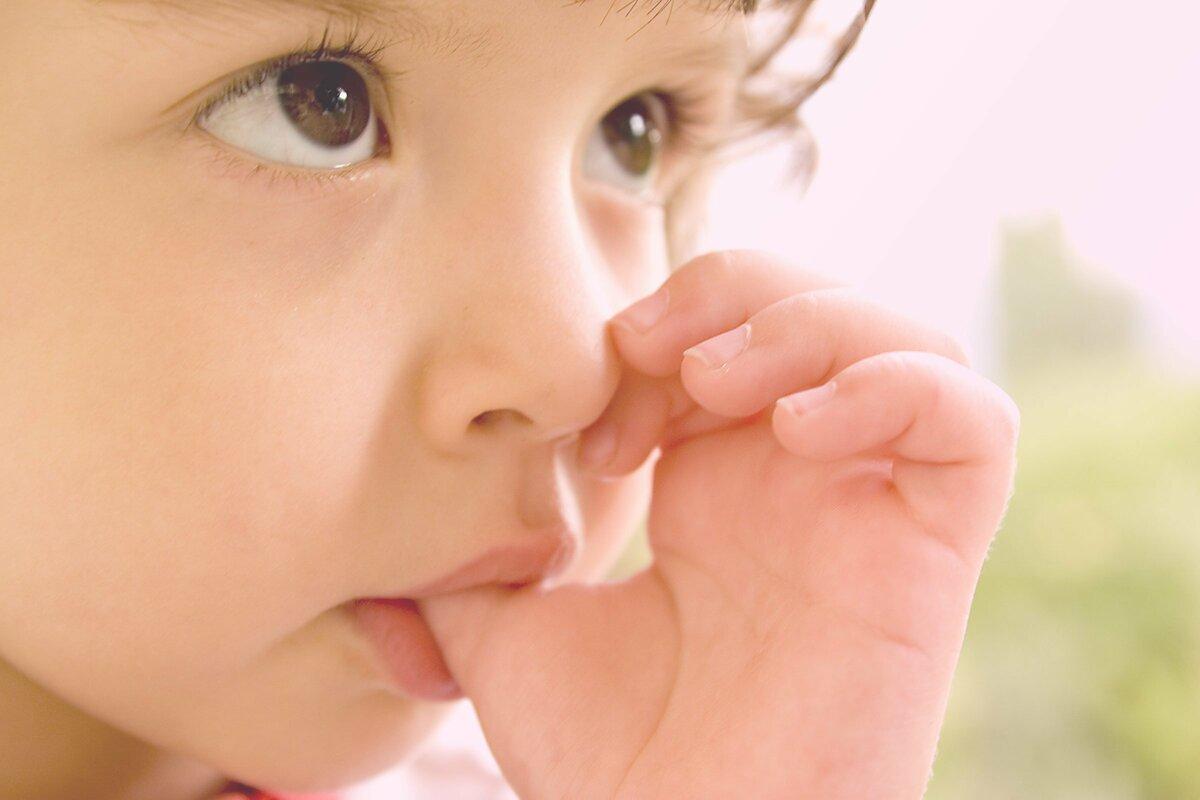 Ребенок берет пальцы в рот: что делать?