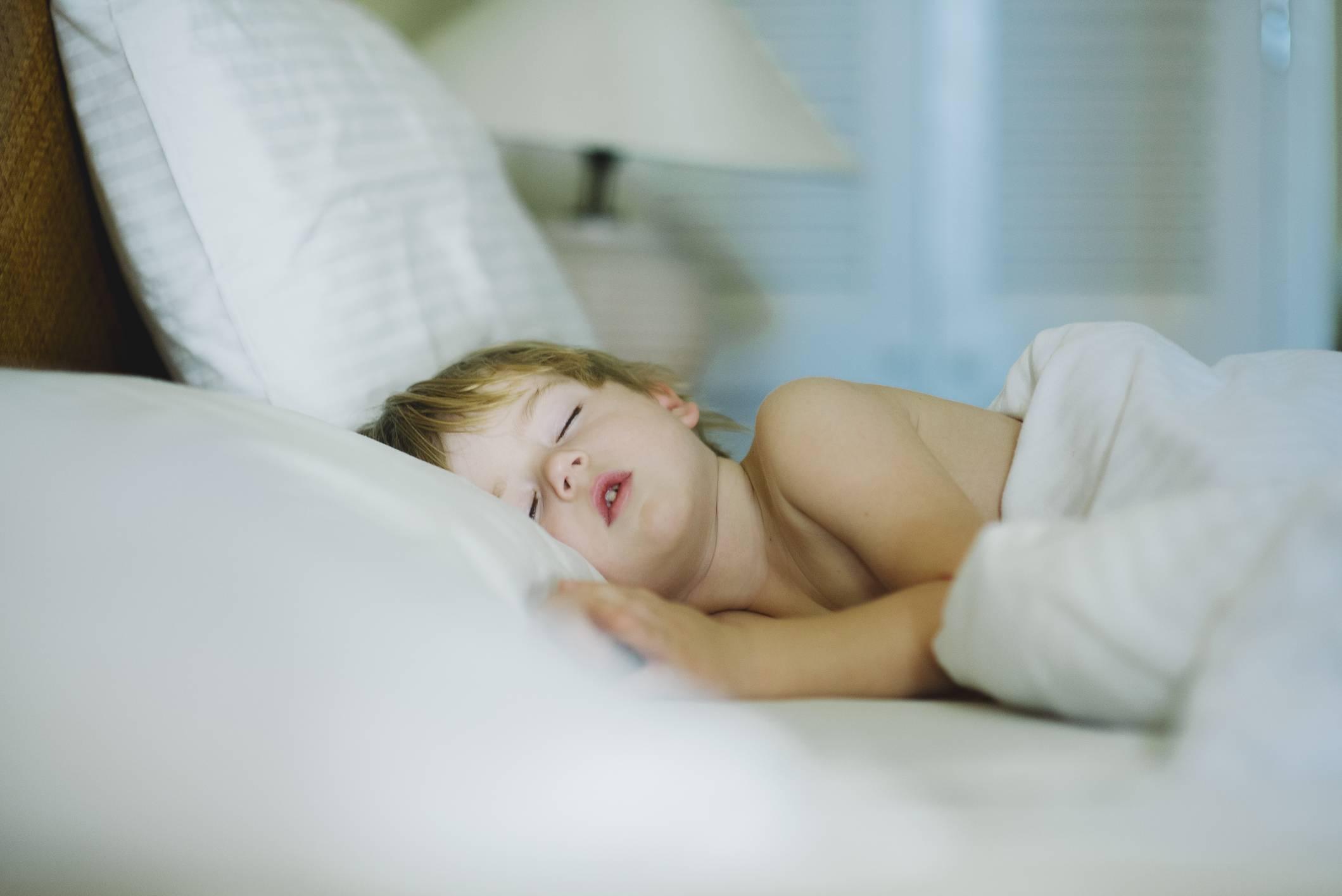 Почему ребенок скрипит зубами во сне - причины и симптомы