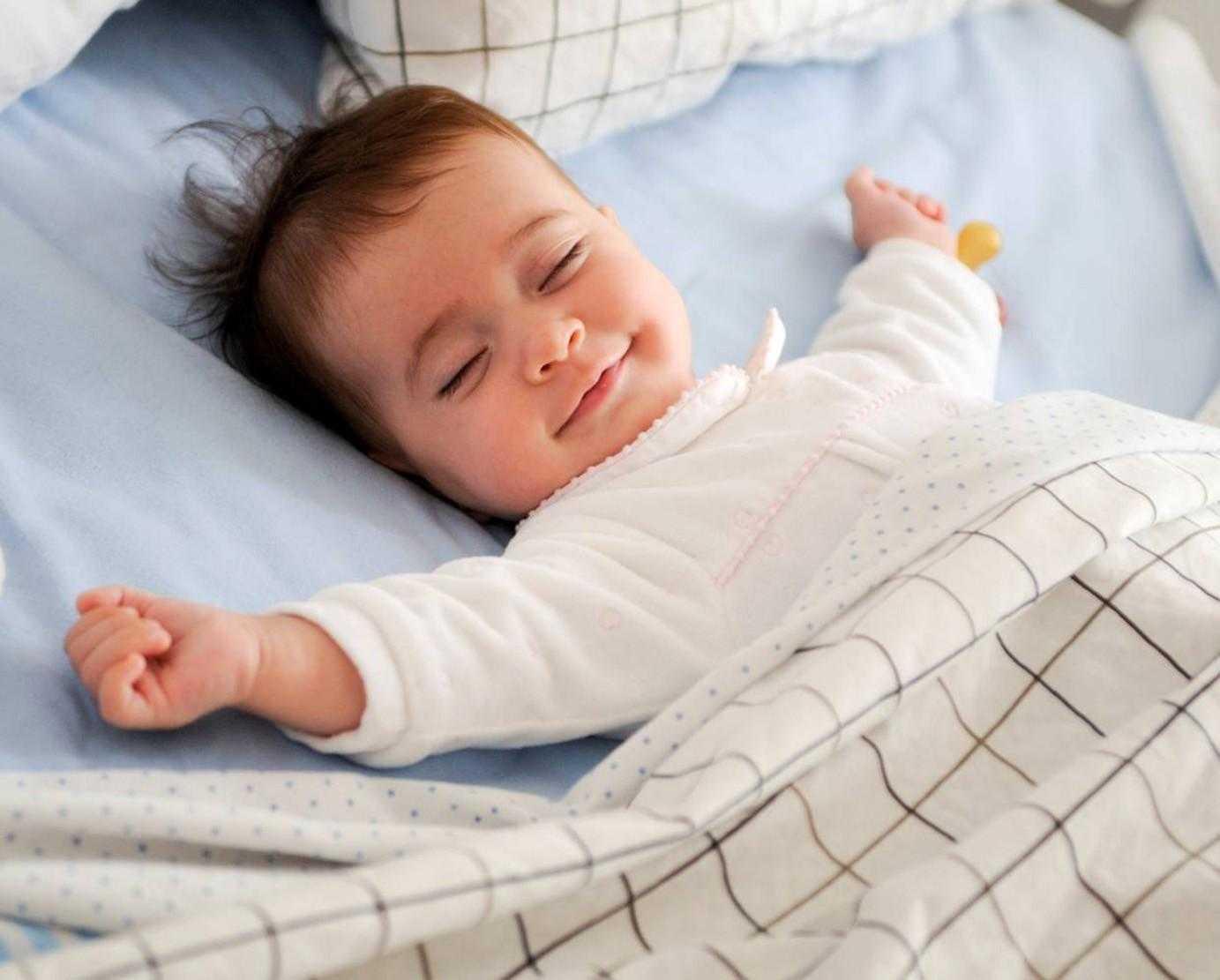 Почему ребенок вздрагивает при засыпании, просыпается и плачет