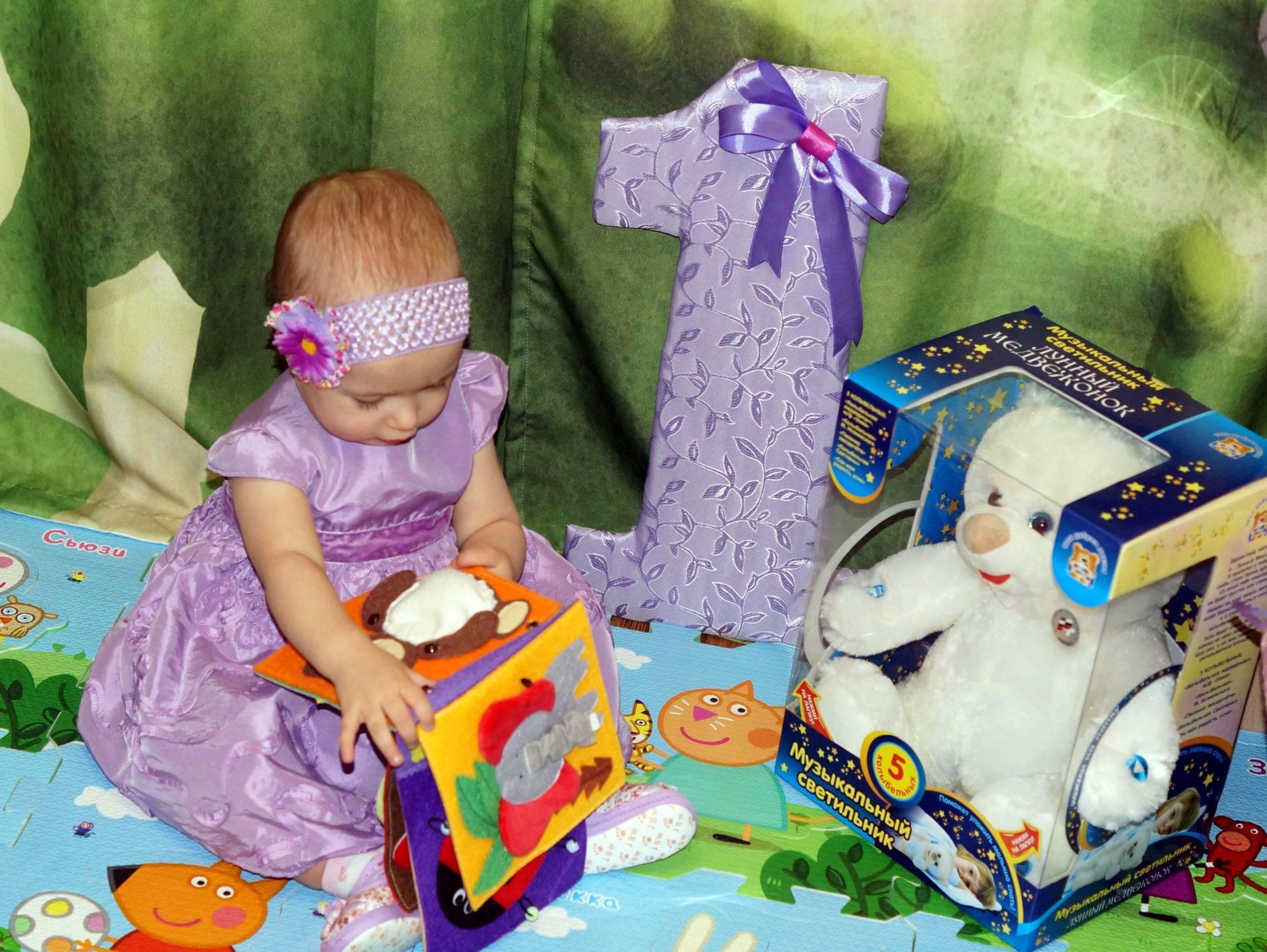 Лучший подарок на 1 год девочке: идеи полезных, развивающих, памятных подарков малышке