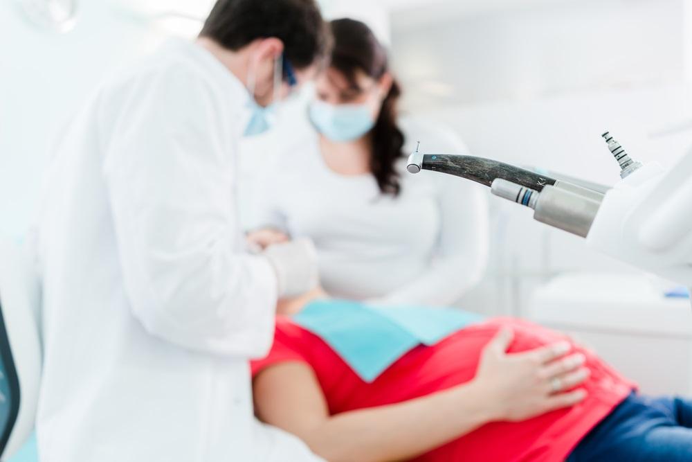 Безопасно ли лечение зубов при беременности: можно ли беременным лечить зубы с анестезией, выбор препаратов