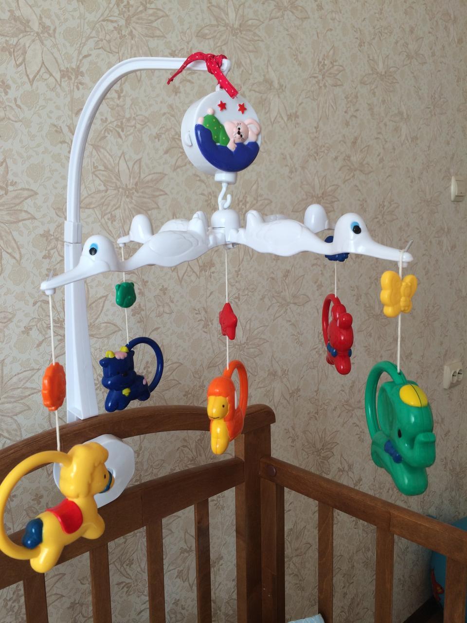 Чем полезен и как выбрать мобиль на кроватку для новорожденных