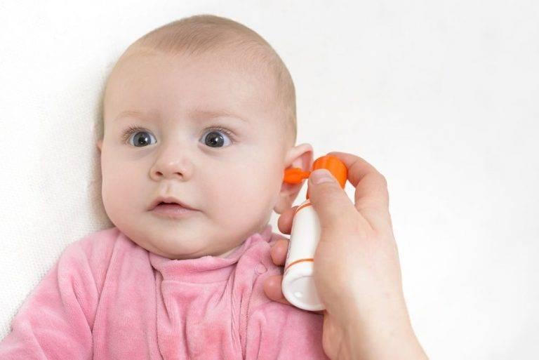 Почему грудной ребенок чешет уши